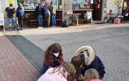 Fünftklässlerinnen und Fünftklässler der Gesamtschule Eifel nehmen an der Aktion zum Welttag des Buches teil